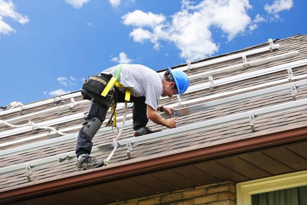 instalator montujący panele słoneczne