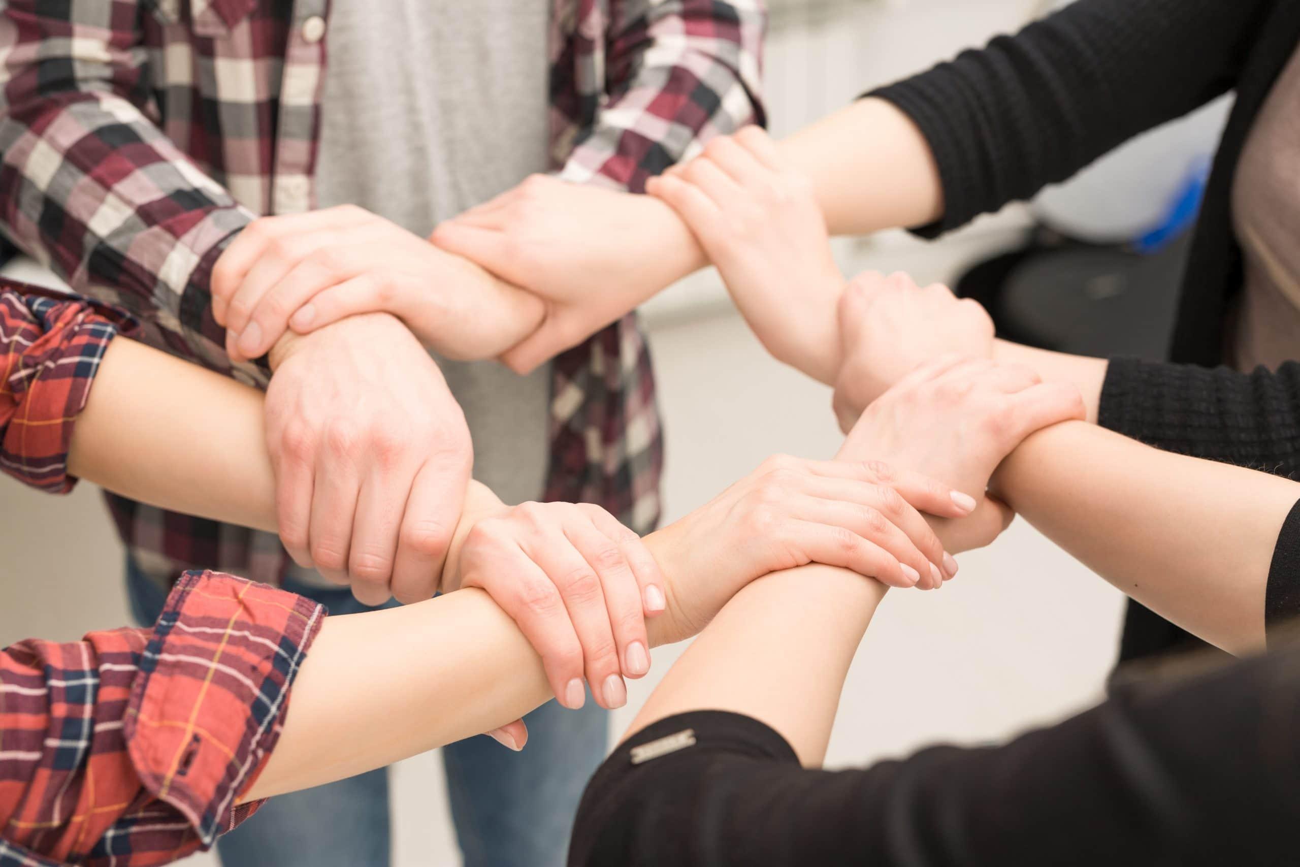 ludzie trzymający się za ręce